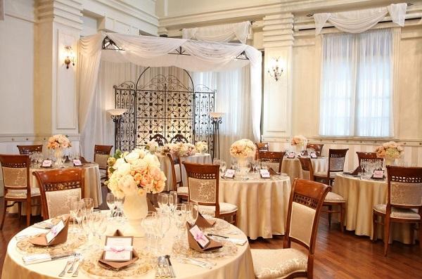 ステンドグラスが美しい、セントアクアチャペル東京の家族婚