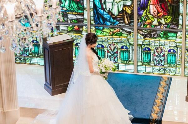 セントアクアチャペルTOKYO BAY CLASSICのステンドグラスをバックに行う家族婚