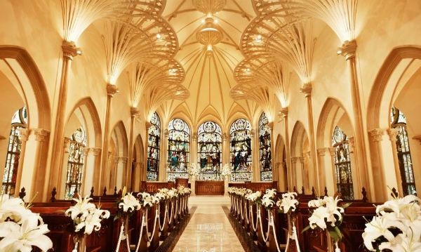 本格ゴシック建築が美しい「セントアクアチャペル青山」で家族婚!