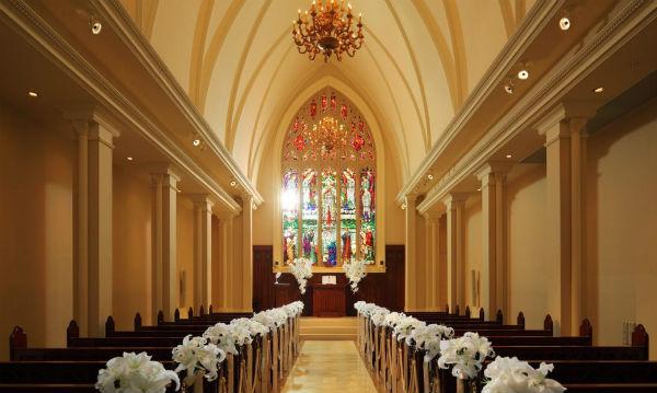 家族挙式なら千葉最大級の大聖堂「セントアクアチャペル千葉」で!