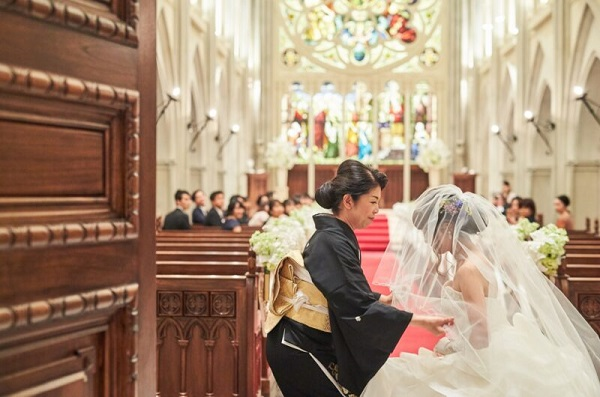 圧巻のスケールのなか家族挙式が叶う「セントアクアチャペルみなとみらい大聖堂」