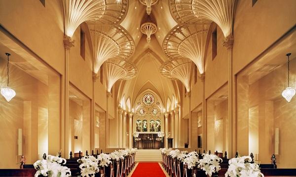 荘厳な大聖堂で少人数の家族婚を叶える「セントアクアチャペル名古屋港」