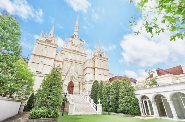 荘厳な雰囲気の独立型大聖堂「セントアクアチャペル大宮シャトー」で、セレモニーフォト