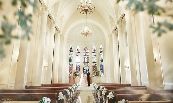 【大阪】梅田&本町のステンドグラスが素敵なチャペルで家族婚を!