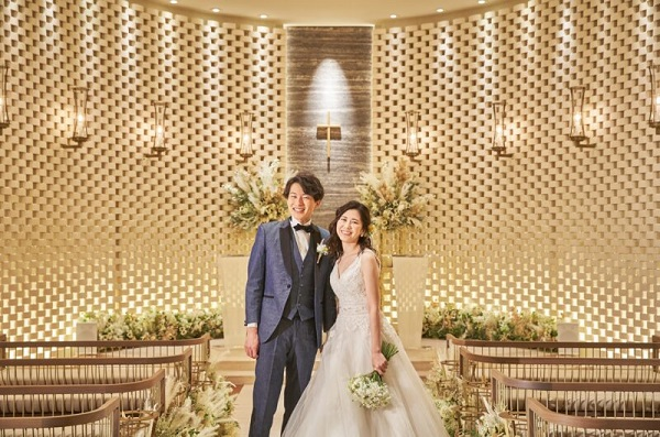 モダンなチャペルで結婚写真を撮影「セントアクアチャペル浜松町」